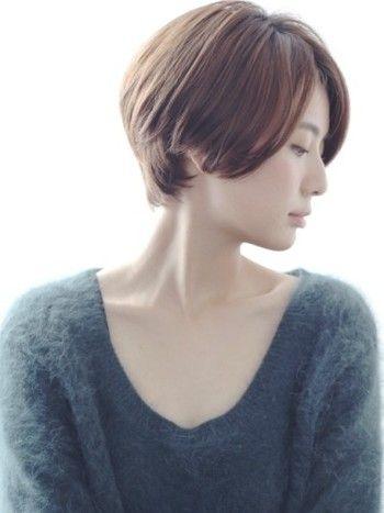 小顔効果もある、シンプルなシルエットが美しいショートヘア。ふと見せる、伏し目がちな横顔がキレイですね。