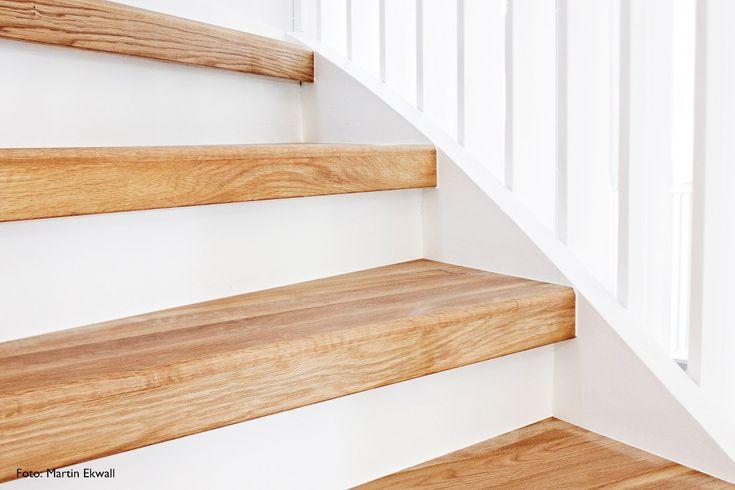 Trapprenovering, renoveringstrappsteg i ek med vita sättsteg. Sättsteget, den vertikalt placerade skivan för stängda trappor, har i laminatutförande två olikfärgade sidor. En detalj som gör att du kan bryta av med en annan färg i din trappa om så önskas.