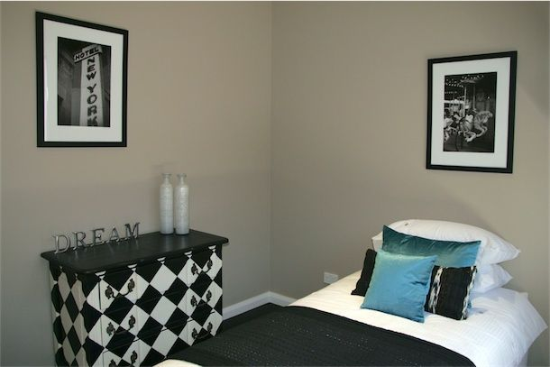 Hollywood Glamour guest bedroom styling.  Black and white with turquoise accents. www.designarthouse.com.au