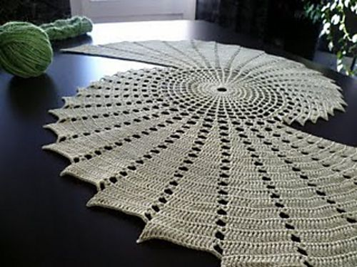 Gorgeous table runner! This is someone's personal pattern that isn't listed but oh my! So cool!