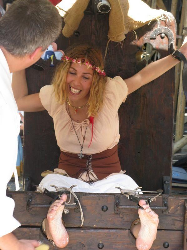 Tantissime donne, belle e simpatiche di ogni età, provenienti da ogni parte d'Italia e dall'estero, sottoposte realmente e ''pubblicamente'' alla tortura del solletico durante il renfaire dell'Assedio di Canelli, che avviene rievocato annualmente.... Per il piacere della folla, che assiste allo spettacolo e  vengono imprigionate alla gogna e costrette senza alcuna pietà, a subire la tortura del solletico, ma soprattutto,  a morire dal ridere....., in preda a ''raffinati'' spasmi, creati…