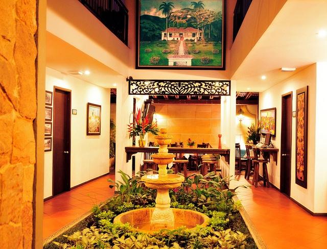 """Una de nuestras locaciones interiores decorada con una bella fuente y una obra maestra del artista LUIS EMILIO RENTERIA """"la Hacienda el Paraíso la cual sobresale en la decoración."""
