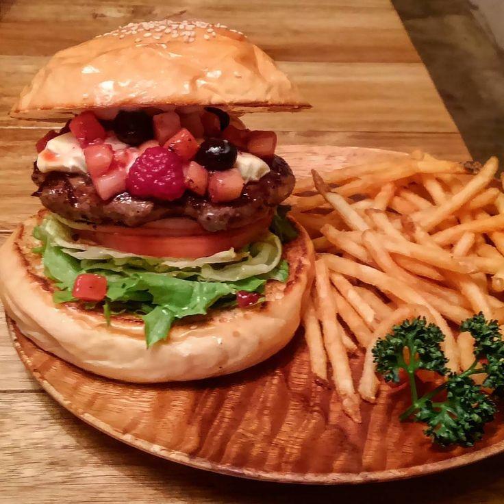 . Monthly burger April 2017. . Brown Syrup Berry Cheese Burger !!. . Brown Suger Syrup × Mix Berry × Cream Cheese. . . . おはようございます! チャッティオープンしました! 4月!個人的に一番好きな季節の到来です◎ クリームチーズに色鮮やかなミックスベリー、仕上げに黒蜜! 久々のフルーツを使ったバーガーです! お試しくださいー!! . . . #チャッティチャッティ #ハンバーガー #バーガー #サンドウィッチ #カフェ #新宿 #新宿御苑 #新宿御苑前 #chattychatty #hamburger #hamburgers #burgergram #burgerporn #burgertime #burgerlove #sandwich #cafe #Shinjuku #shinjukugyoen #shinjukugyoenmae #tokyo #japan #yammy #instafood #foodpic #foodstagram #mi...