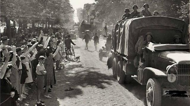 Le 6 août 1944, les troupes du général Patton entrent dans la ville. La population les acclame. Laval est libérée