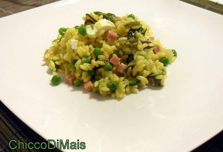 Insalata di riso speziata, ricetta piatto freddo dell'insalata di riso con curry (nell'acqua del riso), piselli, asparagi, zucchine e prosciutto cotto