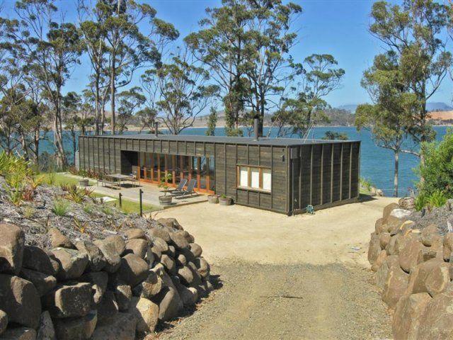Elegant Plan Box-shaped Beach House Open up Expansive Deck Design