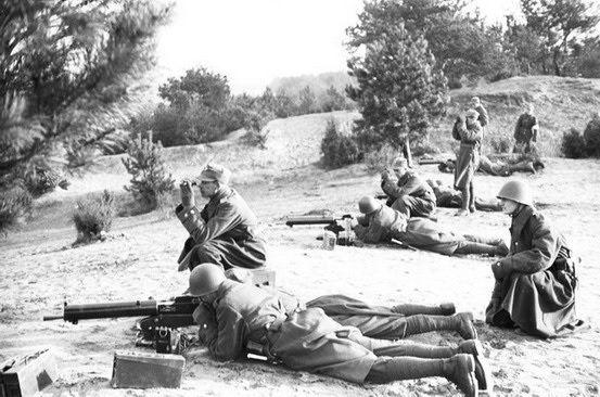 Polish machine gun squad.