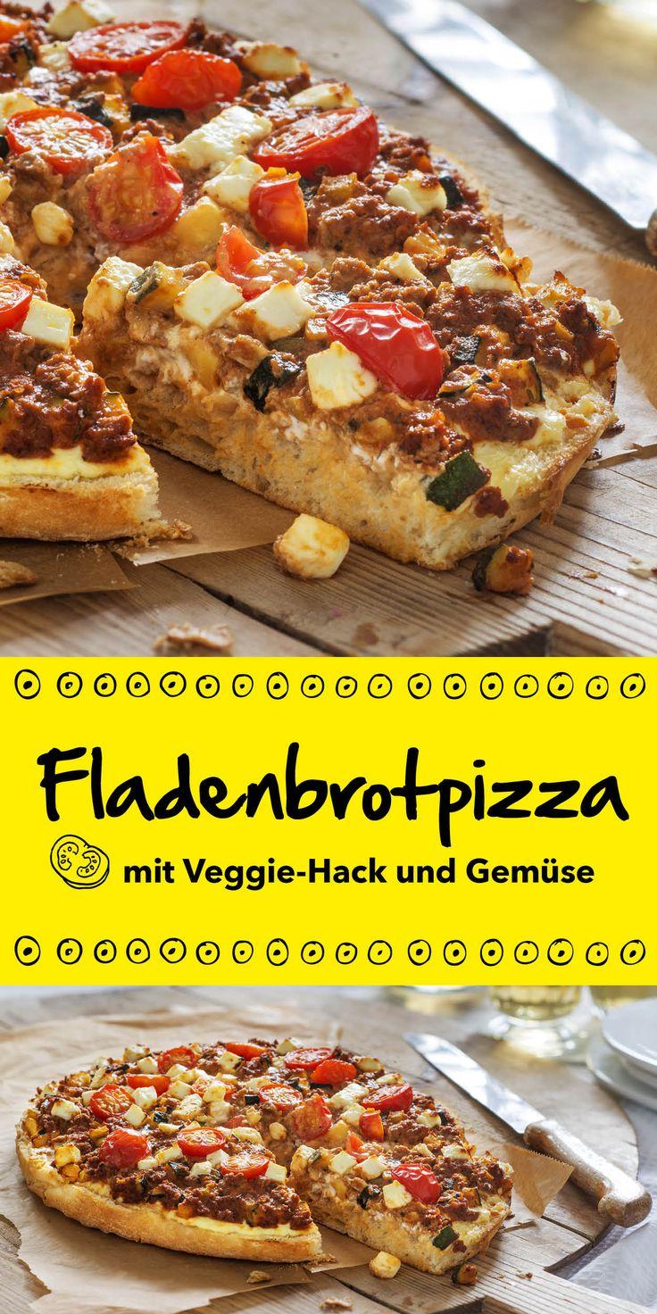 Ein richtig leckeres und kreatives Rezept ist diese Fladenbrotpizza mit Veggie Hack und Gemüse. Der lockere Boden ist mit Tomaten, Zucchini und würzigem Fetakäse belegt - ein Gericht, das auch auf der nächsten Party für Aufsehen sorgen wird!