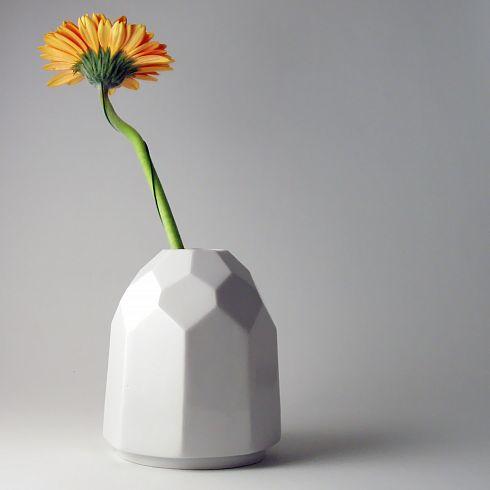Minimalistická, porcelánová, malá váza, celoglazovaná.  Francouzský nízkopalný porcelán pálený na 1250°C.  Výška 10,3 cm, šířka 8,6 cm, nalévací otvor 2,5 cm.  Dárkově baleno.