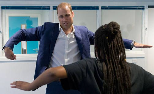 Prinssi William yritti oppia tanssimaan katutanssiryhmän opastuksella…