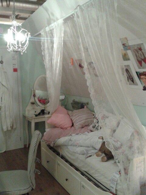 Lieve meiden kamer op zolder. Ikea.