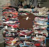 En este documental contaban como algunas empresas utilizan dichos contenedores para después vender la ropa, lucrándose y destinando un porcentaje de las ganancias a personas necesitadas, y a veces ni siquiera eso.