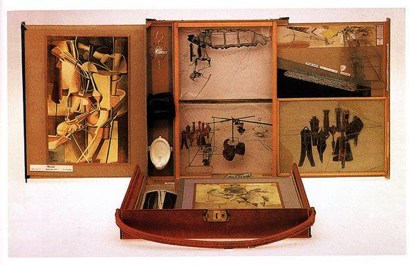 Marcel DUCHAMP (1887-1968), La boîte-en-valise, 1936-1941/1968, boîte en carton recouverte de cuir rouge contenant des répliques miniatures d'œuvres, 69 photos, fac-similés ou reproductions de tableaux collées sur chemise noire, 40,7x38,1x10,2 cm, boîte déployée pour présentation : 102 x 90 x 39,5 cm.