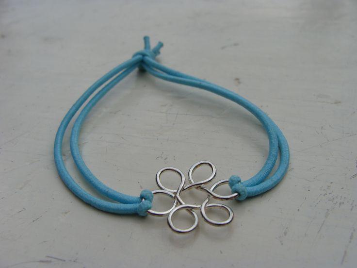 Armbandje licht blauw elastiek en bloem