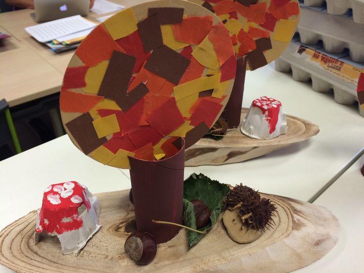 Een leuk knutselwerkje voor het eerste leerjaar. De houten bordjes vond ik in Action.  Een paddestoel maakten we van een eierdoos, een egeltje van klei. De boom maaktenw e van papiersnippers.  Heel wat technieken dus.