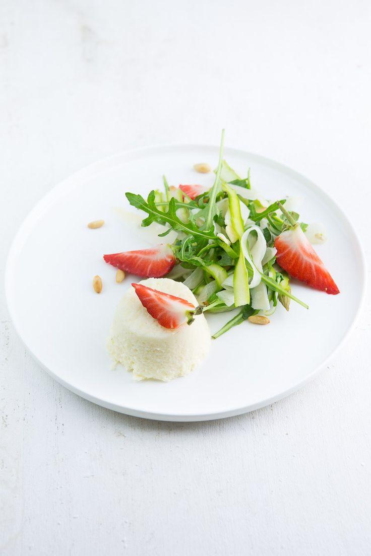 Leckere Spargel-Vorspeise mit Spargelmousse und einem Spargelsalat mit Rucola und Parmesan. Guter Auftakt für ein früh-sommerliches Menü.