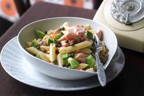 Zajrzyj na stronę Kuchni Lidla i sięgnij po włoski przepis na szybki makaron z łososiem i awokado.