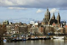 During the summer, Amsterdam overflows with tourists who come to take advantage of the warm, sunny days. In the winter, fewer tourists make it easier to see Amsterdam's sights without waiting in ...