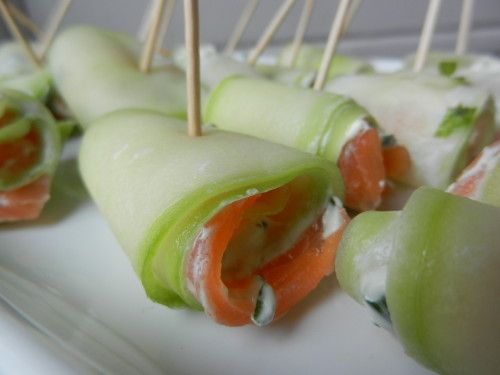 Le croquant du concombre, le moelleux du saumon, la douceur du fromage frais, relevés par l'ail et la menthe, ces petites bouchées sont fraîches et croquantes. Niveau: facile Pour environ 15 à 20 roulés Ingrédients: 1/2 concombre 2 tranches de saumon...