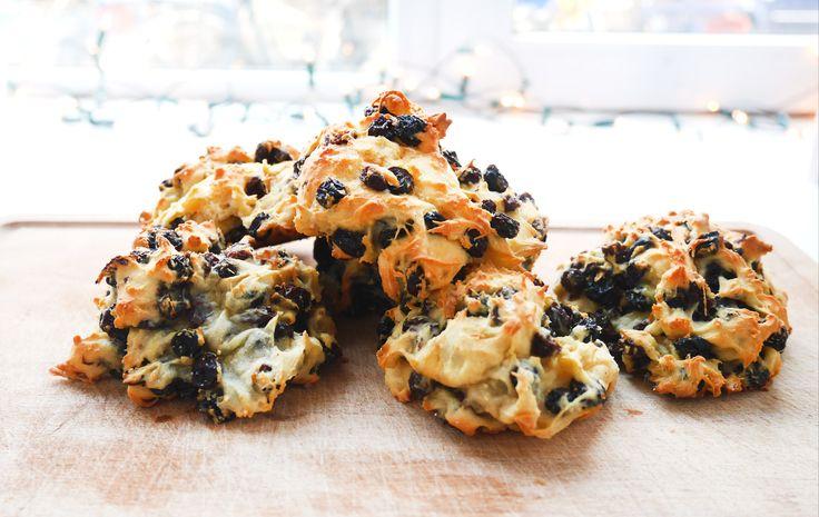 Voor de mensen die gek op scones zijn, deze heerlijke kwarkbollen lijken daar héél erg op. Ze zijn iets vochtiger en hebben wat meer smaak en zijn zó makkelijk te maken. Ik maakte deze bollen als vervangers voor oliebollen met nieuwjaar, maar je kan ze eigenlijk ook prima als middagsnack eten. Ik deel het recept …