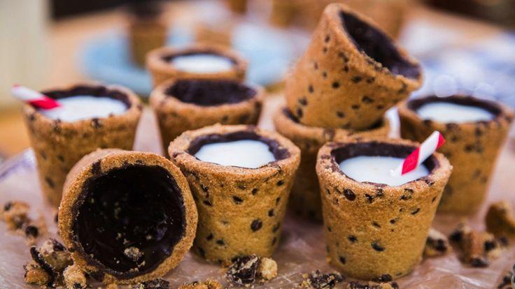 4. Streicht die Shot-Förmchen mit Butter ein und bestreut die Butter danach mit Mehl. Falls Ihr keine Backförmchen in Shotform besitzt könnt Ihr alternativ auch einfach Shot-Gläser aus Aluminium oder Muffin-Förmchen benutztn. 5. Gebt nun den Cookie-Teig in die Förmchen und drückt Ihnt mit den Fingern am Boden und am Rand fest, sodass der Cookie die Form eines Shotglases annimmt. Ihr könnt hierzu auch einen in Aluminiumpapier gewickelten Korken zur Hilfe nehmen. via tablespoon.com 6. Backt…