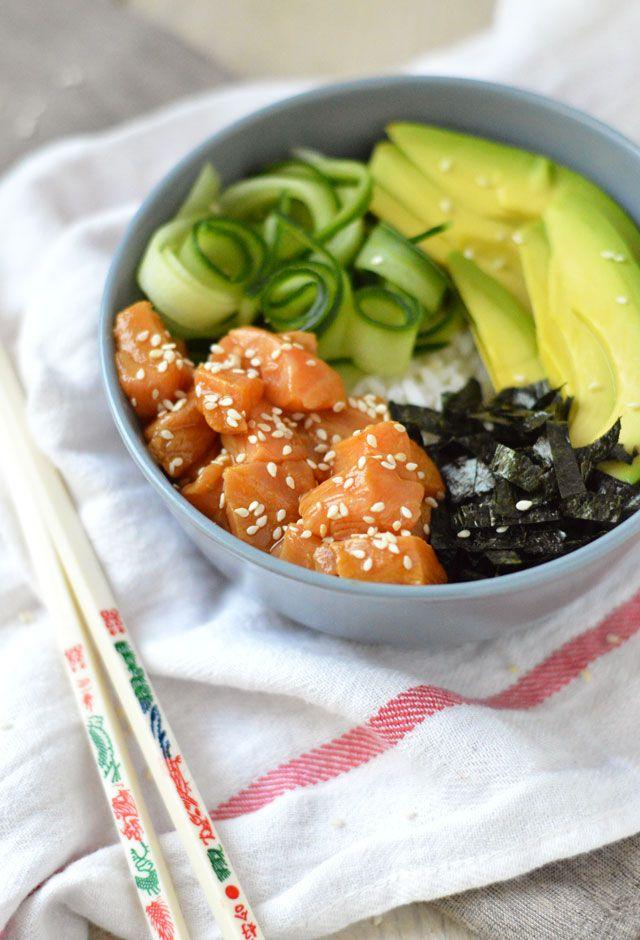 Poké bowl recept zalm: een makkelijk recept voor een heerlijke, gezonde poké bowl. Lekker met zalm, avocado, nori en komkommer.