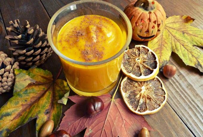 Korzystając z uroków jesieni postanowiłam przygotować koktajl z pieczonej dyni. Jest to pożywny wartościowy podwieczorek, który możecie przygotować na Halloween, jako alternatywa dla wysokokalorycznych, przetworzonych słodyczy.