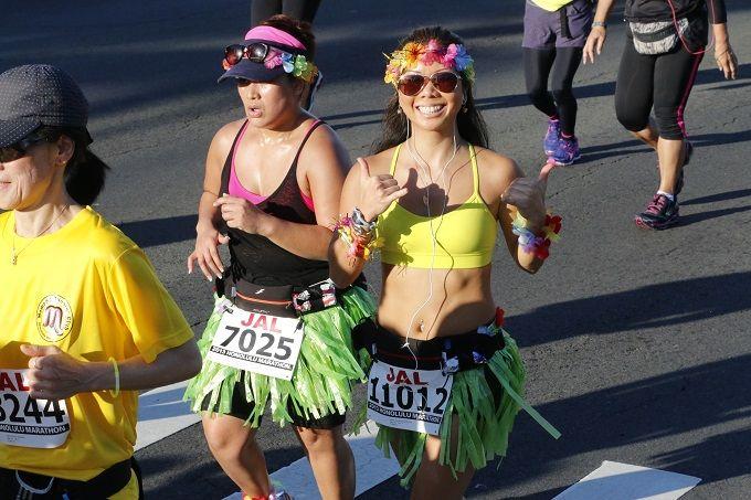 Marathon van Honolulu Meer dan 40 kilometer hardlopen staat gelijk aan zweet, uitputting en compleet afzien. Maar, een marathonroute die langs de zee en door overweldigende landschappen loopt werkt vaak inspirerend en verlichtend. Deze marathon bestaat al meer dan 42 jaar. Tijdens de marathon ziet u de parelwitte zandstranden van de hoofdstad van Hawaii, de kraters van de vulkanen en de mooiste vergezichten over de oceaan. Na afloop zijn er gratis massages voor iedereen.