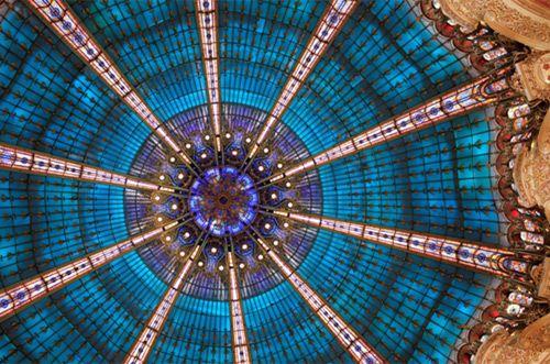 © Pôle d'images pour Yann Kersalé AIK   ギャラリー・ラファイエット百貨店で、レム・コールハースとOMAによる展覧会『1912-2012 Chronique parcours creative(クリエイティブな年代史)』が開催されている。ギャラリー・ラファイエット百貨店のアールヌーボー建築のクーポール(円天井)100周年を記念した回顧展。パリの建築、ファッションと都市の関わりをひも解く興味深い展覧会
