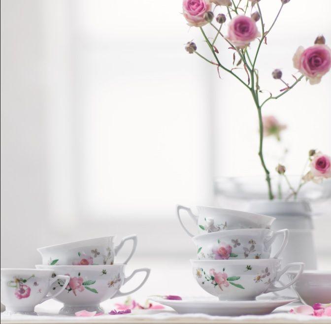 Μια από τις πιο επιτυχημένες σειρές του οίκου Rosenthal, η Maria Pink Rose, πήρε το όνομά της από τη σύζυγο του ιδρυτή του, Philip Rosenthal. Η τελευταία της συλλογή, ένας floral φόρος τιμής στο ρομαντισμό... Ανακαλύψτε την στο www.parousiasi.gr/?s=pink+rose&submit.x=7&submit.y=6&post_type=product