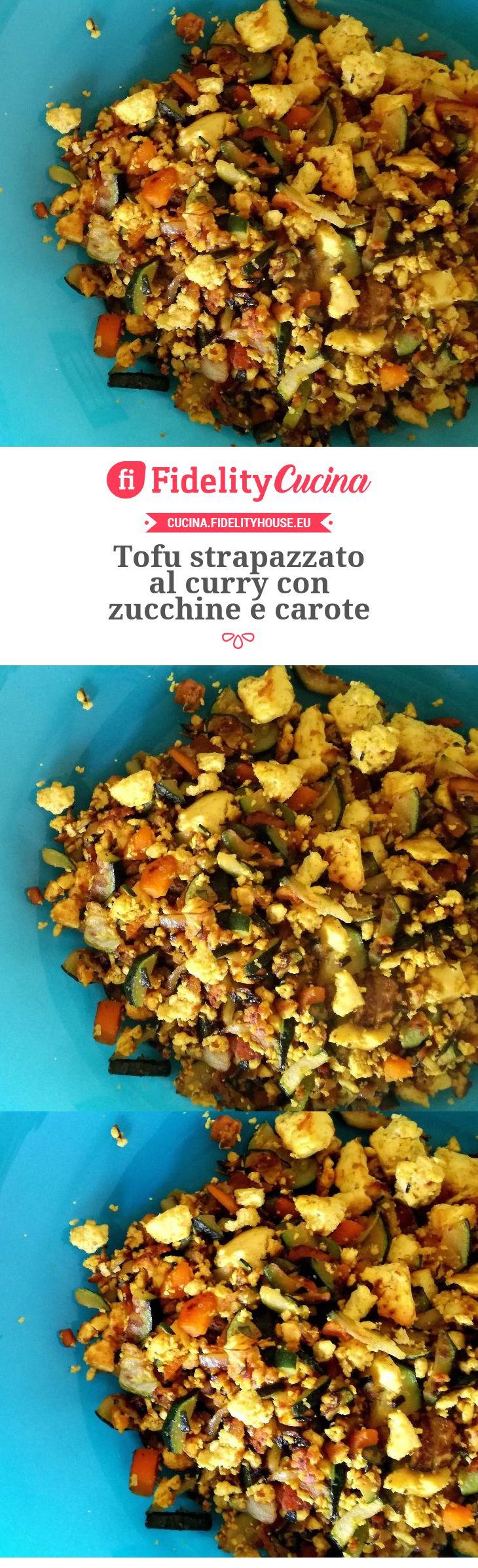 Tofu strapazzato al curry con zucchine e carote