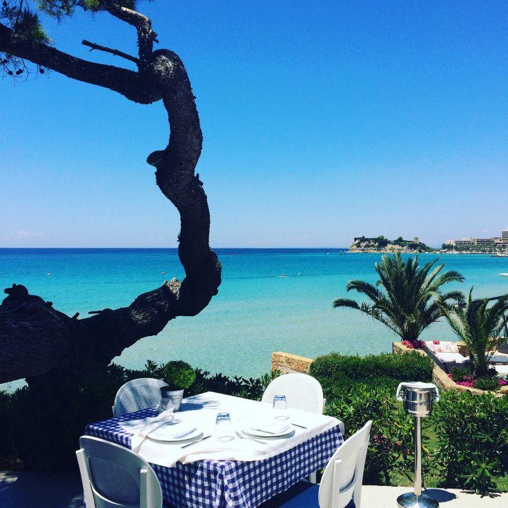 Lunch with a view. A L'Ouzerie, taverne grecque du Sani Resort à Kassandra (Halkidiki, Grèce).