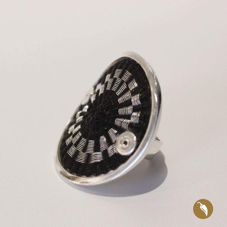 Anillo construido a partir de un disco tejido en crin y metal. Diseño de Monoco para Tienda Ají, Diseño imprescindibe.