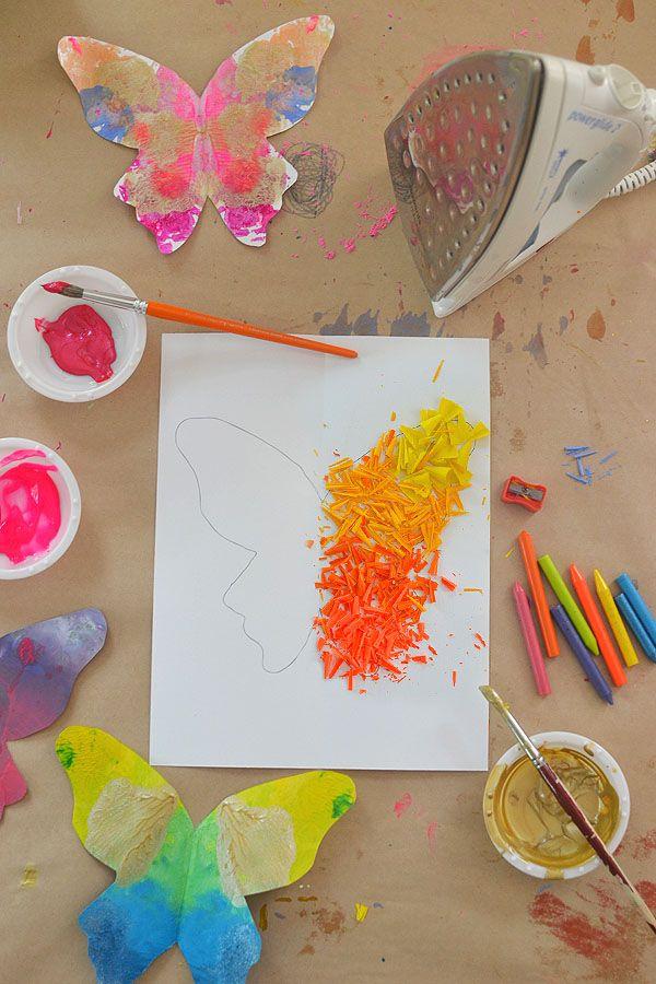 hacer estas hermosas mariposas de virutas de lápices de colores fundidos y hojas mariposa imprimibles
