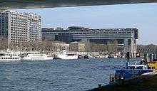 Ministère de l'Économie et des Finances (Bercy - Paris) Suite à une vaste opération immobilière destinée à rééquilibrer l'est et l'ouest de la Capitale. Le Palais Omnisport fut érigé en 1984  et le Ministère de l'Économie et des Finances en 1988. A compter des années 90, de nombreux immeubles de bureaux poussèrent en lieu et place des anciens entrepôts.