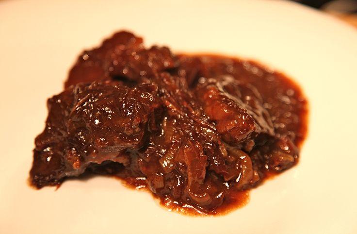 Elke Limburger kent het, en iedereen die het (nog) niet kent, moet absoluut blijven lezen. Limburgs zuurvlees, ofwel zoervleisj, is een op en top winters gerecht vol smaak. Dit recept, dat heel goed thuis te maken is, kregen we van een vaste Culy-lezer. Het vlees Begin met een ruime kilo mooi dooraderde sukade ofwel een …