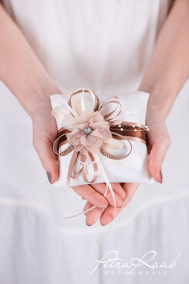Ringkissen - Ringkissen mit Chiffonblüte in beige, braun, ivory - ein Designerstück von Perle-Wismer bei DaWanda