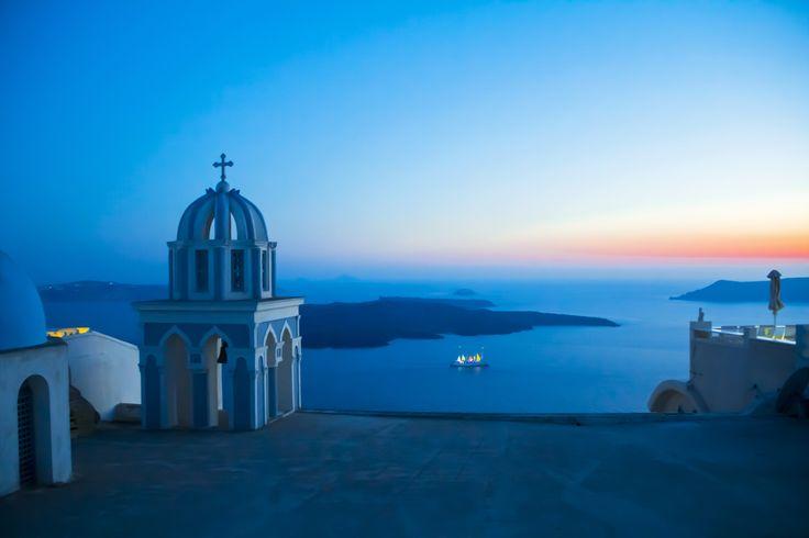 Splendita vista al tramonto a Santorini Seguimi anche su Facebook:https://www.facebook.com/Viaggio-di-luce-1944654785748923/  #blu #blue #viaggiare #travel #view #landscape #paesaggio #fotografia #photography #tramonto #sunset #chiesa #church