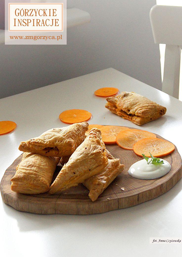 Chrupiące rożki z ciasta francuskiego faszerowane ryżem z kurczakiem. Idealne jako ciepła przekąska, wyśmienite również na zimno http://www.zmgorzyca.pl/index.php/pl/kulinarny/przyjecia/408-rozki-francuskie-6