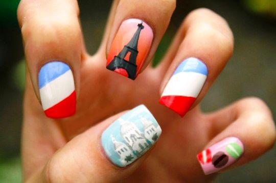 Estilo de uñas parisino con la bandera de paris
