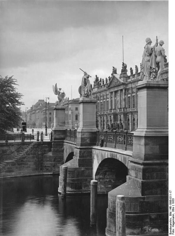 An der Schloßbrücke mit Blick auf das Zeughaus. Berlin, 1933. o.p.