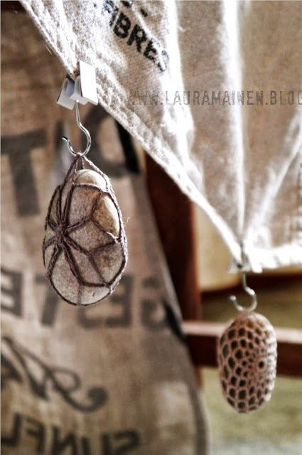 Lauramainen: Virkatut Pitsikivet. Crocheted around rocks