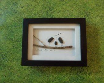 Kieselstein Kunst Bild, handgemacht in Irland... Hergestellt aus Kieselsteinen an Stränden in Irland gefunden. Ein tolles Geschenk, eine neue Ankunft in eine Familie oder ein Geschenk für eine Taufe oder Benennung Zeremonie begrüßen zu dürfen. Dieses Bild zeigt 2 übergeordnete Vögel und ein Baby-Vogel. Seine ist auch Geschlecht Neutral - geeignet für gleichgeschlechtliche Paare.  Während keine zwei Stücke gleich sind, wenn Sie irgendwelche der Stücke mögen, die Sie sehen, kann ich die Stücke…
