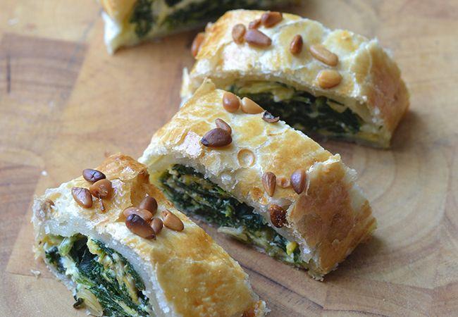 Bladerdeegrol met ei, spinazie en feta