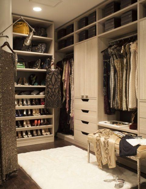 Dans cette maison, il y a un grand placard. Le placard a vetements beaucoup. Le placard a des chaussures beaucoup.