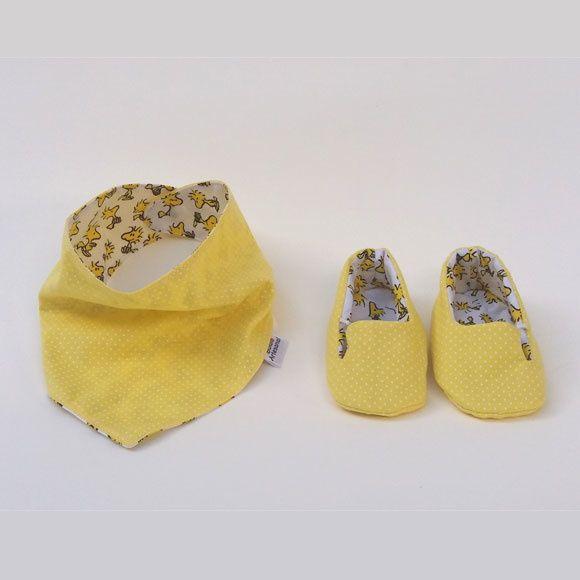 Babador bandana, também conhecido como babador lenço, é uma ótima opção de acessório, pois não só previne que o bebê se suje, mas também o deixa fashion. Dupla face com estampas amarela poá (bolinhas) e do passarinho Woodstock, amigo do Snoopy, do desenho animado Charlie Brown (Peanuts ou Amendoim) + Sapatinho de tecido no tema amarelo com poás brancos (bolinhas) no estilo Mocassim, com um pequeno elástico para adaptação ao pé do bebê . O fecho do babador é feito com botão de pressão…