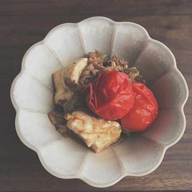 2016/11/24 07:10:52 karada.lab 《トマト肉豆腐》 栄養バランスを整え、エネルギーまで配慮した献立…実はとっても簡単でシンプル。 どこのご家庭でも手軽に可能です(*´﹀`*) ・ 良質タンパク質を献立の中心に…♡ ・ 豆腐や厚揚げなどの大豆製品は良質タンパク質が豊富です。 肉や魚と同じく主菜として、献立の中心になる食品です。 しかも、低エネルギーで調理も手軽っ!! ぜひ積極的に取り入れてみてくださいね✨ ・ 肉豆腐は豆腐に少量のお肉を加えて煮たお料理。 肉の旨味をたっぷり吸った豆腐の優しい味わいが魅力です。 一年中、手に入るトマトと合わせて… トマトの酸味が肉豆腐と絶妙にマッチした一品。 肉豆腐にお野菜を合わせることにより、手軽に栄養バランスが整います。 ・ ・ ・ #肉豆腐#トマト#野菜#和食#うつわ#日々#食卓#暮らし#健康#糖質制限#ダイエット#豆腐#栄養#肉#日本食#食#献立#おうちごはん#一品#美味しい#沖縄#沖縄生活#有機野菜  #健康