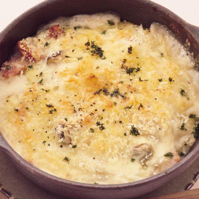 ごはんを使ったドリアやマカロニを使ったグラタンがあるならうどんグラタンがあっても当たり前?もっちりしたうどんにホワイトソースが絡んでチーズのまろやかさがなんとも言えない美味しさです。