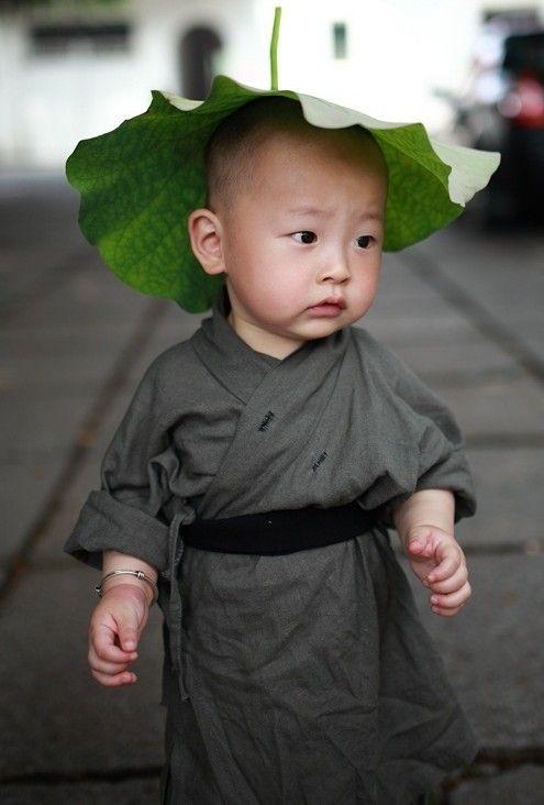 """Candid shot un petit """"moine bouddhiste"""""""