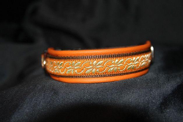 Wunderschönes Halsband bestehend aus 20mm( Bild) oder 25/ 30 mm breitem, braunem Gurtband, einer tollen orange/goldfarbender Borte und einer weichen Echtleder Polsterung in orange. Das Halsband...